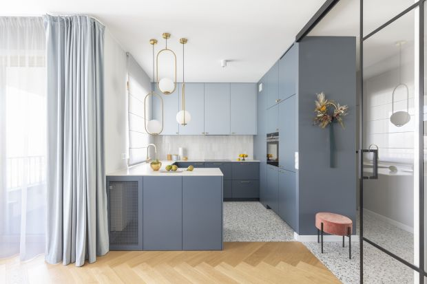 Szary kolor w kuchni cieszy się dużą popularnością. To, obok bieli, jeden z najchętniej wybieranych kolorów w aranżacji wnętrz. Zobacz jak modnie urządzić kuchnię w szarym kolorze.