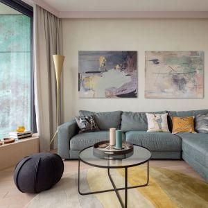 Ściana w salonie w kolorze off white i beżowym. Projekt: Modeko.Studio. Zdjęcia Marcin Grabowiecki. Stylizacja Anna Tyślerowicz