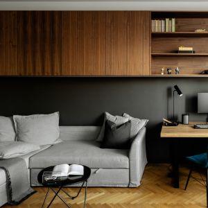Czarna ściana w salonie. Projekt wnętrza: Fuga Architektura. Zdjęcia Aleksandra Dermont