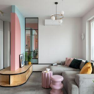 Ściana w salonie - biel i pastelowe kolory. Realizacja i zdjęcia: KODO Projekty i Realizacje Wnętrz