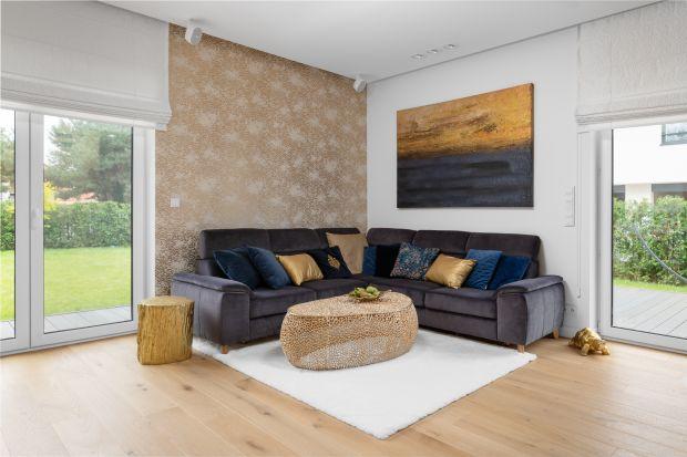 Domw Łomiankach Dolnych został zaprojektowany dla trzyosobowej rodziny. Na powierzchni 175 metrów kwadratowych znajduje się piękne i bardzo wygodne wnętrze. Dominuje w nim biel doskonale połączona z czernią, drewnem i złotem.