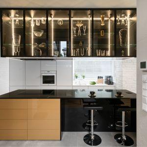 Важнейшим элементом, организующим пространство на первом этаже, является кухонный остров, а над ним нависает гигантская светящаяся витрина.  Проект: Дариуш Грабовски, Dagar Studio.  Фото  Матеуш Павельский