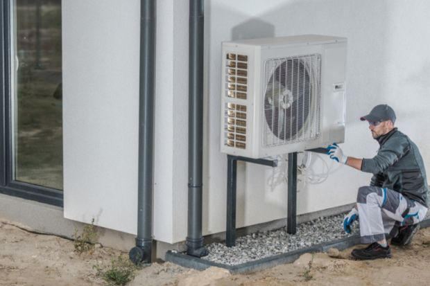 Sprawdź, ile kosztuje ogrzanie domu o powierzchni 150 metrów kwadratowych przy użyciu pompy ciepła, kotłów na paliwo stałe oraz ogrzewania elektrycznego. Dowiedz się, jakie korzyści, nie tylko finansowe, daje połączenie pompy ciepła z przydomo