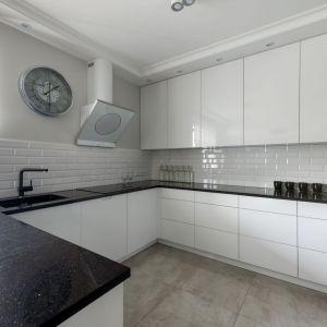 Ściana nad blatem w kuchni wykończona jest białymi kaflami z kolekcji Abisso bar white firmy Tubądzin. Projekt: Dariusz Grabowski. Fot. Paweł Martyniuk