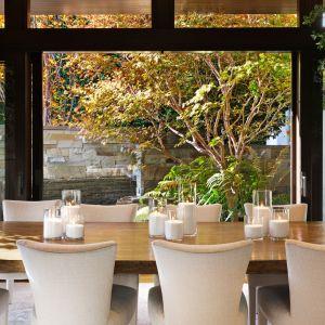 Rezydencja Matta Damona w Pacific Palisades to nowoczesny dom z siedmioma pokojami, 10 łazienkami i imponującym ogrodem ze starymi drzewami, stawem koi, placem zabaw dla dzieci i basenem w stylu spa. Zdjęcia: Alexis Adams. Źródło: toptenrealestatedeals.com