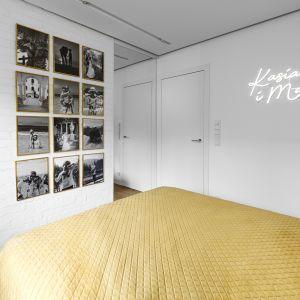 Большие зеркала зрительно увеличивают пространство спальни.  Проект: Дариуш Грабовски, Dagar Studio.  Фото  Матеуш Павельский