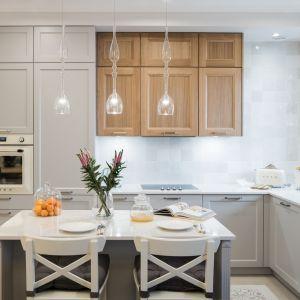Ściana nad blatem w kuchni wykończona jest płytkami w różnych odcieniach bieli i szarości. Projekt i zdjęcie: KODO Projekty i Realizacje Wnętrz