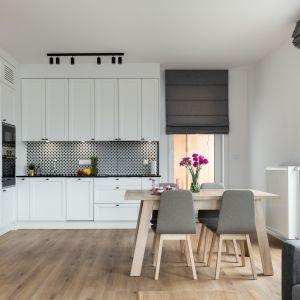 Ściana nad blatem w kuchni wykończona jest płytkami w geometryczny wzór. Projekt i zdjęcie: KODO Projekty i Realizacje Wnętrz