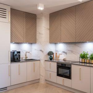 Ściana nad blatem w kuchni wykończona jest płytkami imitującymi marmur. Projekt i zdjęcie: KODO Projekty i Realizacje Wnętrz
