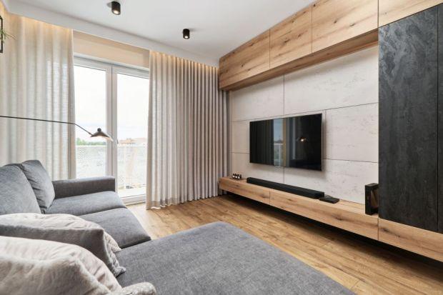 Ścianę za telewizorem w salonie możesz wykończyć na tysiąc różnych sposobów. Dostępne są produkty, które ciw tym pomogą. Zapewniają świetne efekty. Co więc wybrać? Zobacz nasze pomysły na dekorację ściany za telewizorem w salonie.