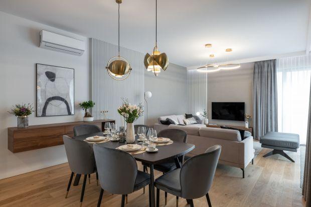 Wygodne mieszkanie o powierzchni 126,67m² znajduje w apartamentowcu Rezydencja Łazienki Park w Warszawie. W nowoczesnym wnętrzu pięknie przenikają się szlachetne materiały, minimalistyczneformy i stonowanekolory. Aranżację dopełniają subt