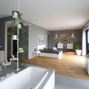 Sypialnia połączona jest z łazienką. Obie przestrzenie są otwarte. Projekt: Konrad Grodziński. Fot. Bartosz Jarosz
