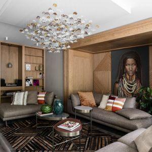 Wzór i kolor dywanu idealnie pasuje do całej aranżacji salonu. Projekt: Magdalena Bielicka, Maria Zrzelska-Pawlak. Fot. Fotomohito
