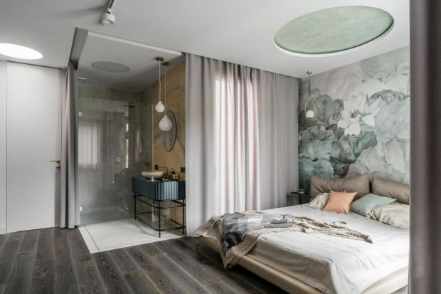 Łazienka z sypialnią tobardzo wygodne rozwiązanie.Sprawdzi się ono jednak tylko na większej powierzchni. Możesz zdecydować się na jedną przestrzeń sypialniano-łazienkową bądź usytuować łazienkę tuż przy sypialni i zaprojektować wej�
