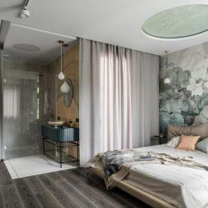 Łazienka częściowo znajduje się w przestrzeni sypialni. Projekt: Magdalena Bielicka, Maria Zrzelska-Pawlak, Pracownia Magma. Fot. Fotomohito