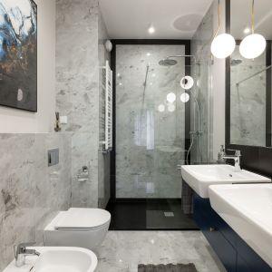 Łazienka przy sypialni zaprojektowano tak, aby wygodnie mogły z niej korzystać dwie osoby. Projekt i zdjęcia: KODO Projekty i Realizacje Wnętrz