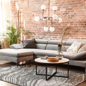 Bardzo dobrym pomysłem umożliwiającym rozświetlenie wnętrza będą meble – w szczególności sofy. Na zdjęciu: narożnik z kolekcji Noe. Fot. IWC Home/Galeria Wnętrz Domar