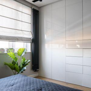 W sypialni znajduje się duża, pojemna szafa garderobiana. Projekt: Dariusz Grabowski, Dagar Studio. Fot. Karolina Wargocka-Kusz