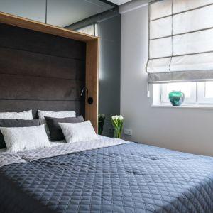 Ciemne kolory i tapicerowany zagłówek nadaje sypialni ciepły, przytulny klimat. Projekt: Dariusz Grabowski, Dagar Studio. Fot. Karolina Wargocka-Kusz