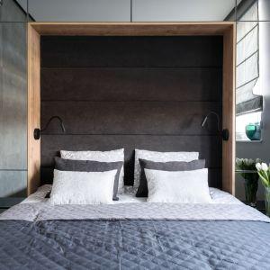 Lustrzane fronty wokół łóżka skrywają biblioteczkę. Projekt: Dariusz Grabowski, Dagar Studio. Fot. Karolina Wargocka-Kusz