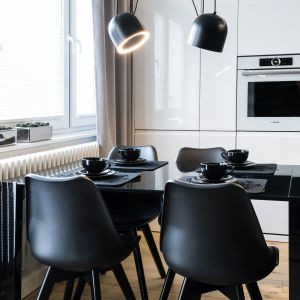 Jadania znajduje się na granicy kuchni i salonu. Projekt: Dariusz Grabowski, Dagar Studio. Fot. Karolina Wargocka-Kusz