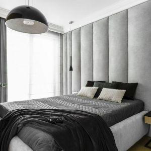 Szare panele tapicerowane za łóżkiem są modną i elegancką dekoracją w sypialni. Projekt: Anna Maria Sokołowska. Fot. Fotomohito