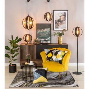 Szczególnie w okresie jesienno-zimowym warto zadbać o zróżnicowane oświetlenie w domu i obok lamp sufitowych, zainwestować także w te podłogowe czy stołowe. Fot. Salony Agata