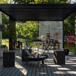 Drewniane stołki zostały pomalowane  Valtti Plus Complete w kolorze 5149, ławka w kolorze 5077, a doniczki 5149. Ściany są białe. Fot. Tikkurila