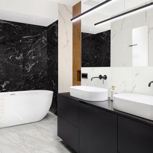 Wielkoformatowe płyty Rocko Tiles możesz montować na ścianie bez skuwania płytek. To najlepszy pomysł na szybki remont kuchni, łazienki czy salonu. Na zdjęciu dekory R106, R101, R095. Producent: Kronospan