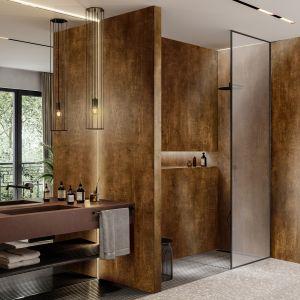 Wielkoformatowe płyty Rocko Tiles możesz montować na ścianie bez skuwania płytek. To najlepszy pomysł na szybki remont kuchni, łazienki czy salonu. Na zdjęciu dekor R121. Producent: Kronospan