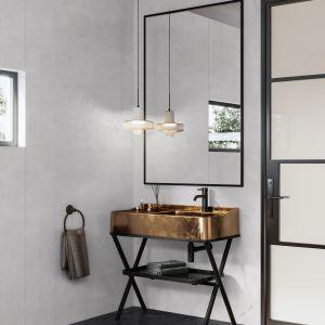 Wielkoformatowe płyty Rocko Tiles możesz montować na ścianie bez skuwania płytek. To najlepszy pomysł na szybki remont kuchni, łazienki czy salonu. Na zdjęciu dekor R119. Producent: Kronospan
