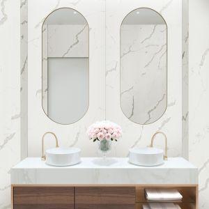 Wielkoformatowe płyty Rocko Tiles możesz montować na ścianie bez skuwania płytek. To najlepszy pomysł na szybki remont kuchni, łazienki czy salonu. Na zdjęciu dekor R101. Producent: Kronospan