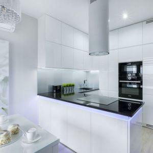 Prawidłowy ciąg technologiczny w kuchni polega on na zachowaniu prawidłowych odległości między kuchenką, lodówką, a zlewozmywakiem. Projekt: Justyna Mojżyk, poliFORMA. Fot. Monika Filipiuk-Obałek
