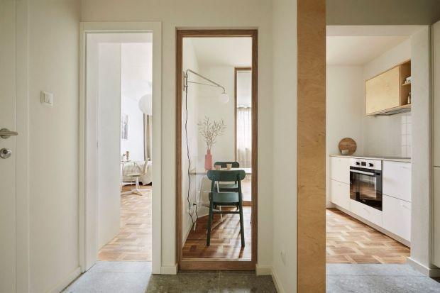 Nieduże mieszkanie w bloku z wielkiej płyty, wybudowanym na przełomie lat 60. i 70. ubiegłego wieku, wymagało gruntownego remontu. Należało przystosować je do wymagań dwóch młodych braci. Zmieniony został więc układa pomieszczeń i samo wnę