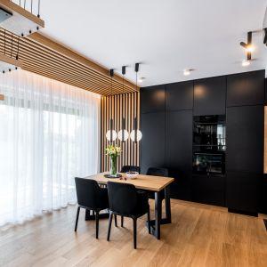 Столовая находится рядом с кухней.  Дизайн: Агнешка Тарнавска, Студия дизайна Tarna.  Фото  Кароль Клешик, Promo Focus