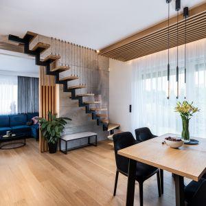 Перед диваном, который организует всю планировку гостиной, есть широкий проход, из которого виден обеденный стол.  Дизайн: Агнешка Тарнавска, Студия дизайна Tarna.  Фото  Кароль Клешик, Promo Focus