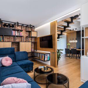 Основная часть гостиной - это удобный диван с подвижными подголовниками, сделанный по индивидуальному заказу из красивого темно-синего велюра.  Дизайн: Агнешка Тарнавска, Студия дизайна Tarna.  Фото  Кароль Клешик, Promo Focus