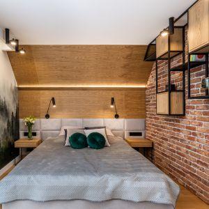 В центральной части спальни расположена большая мягкая кровать с изголовьем.  Дизайн: Агнешка Тарнавска, Студия дизайна Tarna.  Фото  Кароль Клешик, Promo Focus