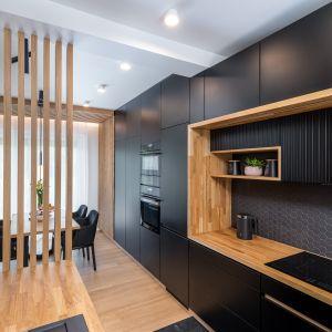 Мебель на кухне выполнена из матовых черных фасадов и дуба.  Дизайн: Агнешка Тарнавска, Студия дизайна Tarna.  Фото  Кароль Клешик, Promo Focus