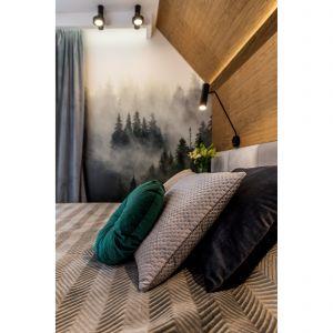 С одной стороны кровати стена оклеена обоями с изображением леса в тумане, что привносит в спальню нотку зелени.  Дизайн: Агнешка Тарнавска, Студия дизайна Tarna.  Фото  Кароль Клешик, Promo Focus