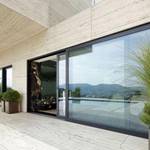 Nowoczesny dom to również solidne, trwałe materiały. Szczególne znaczenie mają przeszklenia, które zajmują znaczną powierzchnię ścian budynków. Fot. Awilux Polska