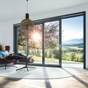 Bardzo duże okna, zajmujące większość ściany, to znak rozpoznawczy nowoczesnego budownictwa. Fot. Awilux Polska