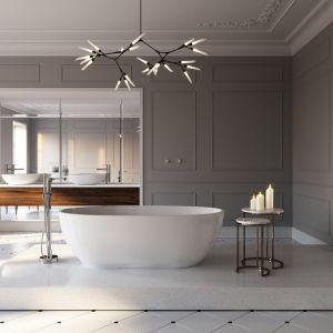 W przestronnym, luksusowym salonie kąpielowym na ścianach i suficie położono delikatne sztukaterie. Fot. Ferro