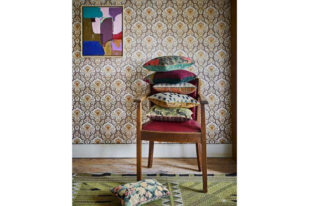 Barwne poduszki, ciepłe pledy oraz kolorowe abażury do lamp. Dodatki i dekoracje w stylu vintage to świetny pomysł na nadanie wnętrzu charakteru i wyjątkowego klimatu.<br /><br />