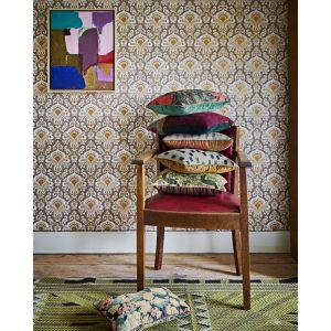 We wnętrzach w stylu vintage możemy bezkarnie łączyć kwiatowe printy z panterką, czy wzorem paisley. Fot. Dutchhouse.pl