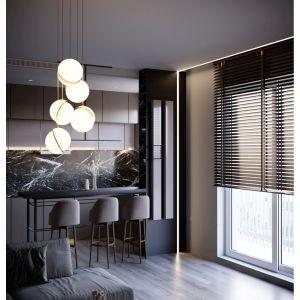 Mimo zastosowania ciemnej palety barw w pomieszczeniu nie brakuje światła. Wszystko za sprawą okna wypełniającego całą ścianę dziennej przestrzeni. Projekt i zdjęcia: Anna Ejsmont
