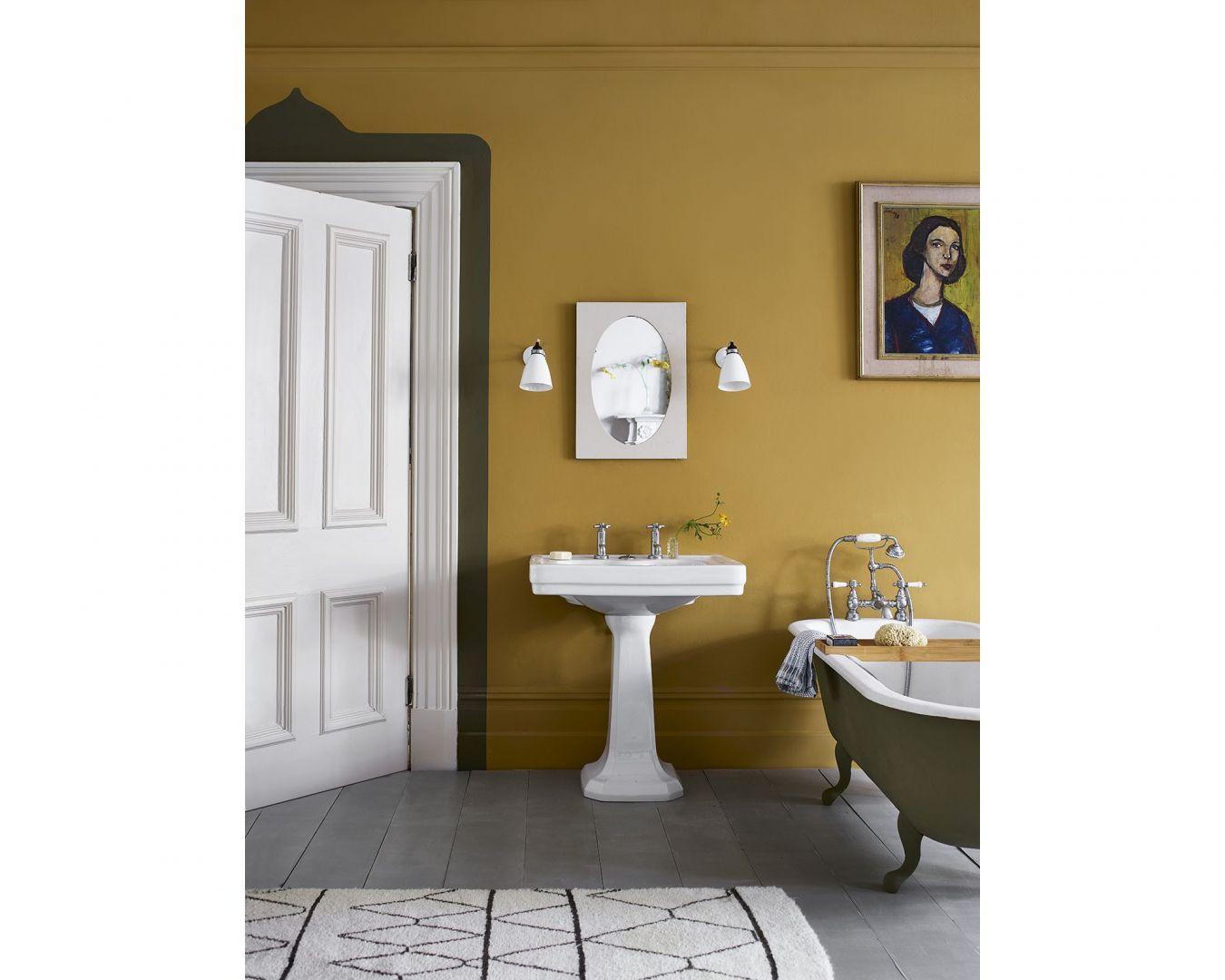 Ściany w salonie zostały pomalowane farbą Wall Paint w kolorze Carnaby Yellow. Fot. Annie Sloan