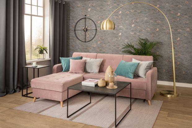 Jaką sofę wybrać do salonu? Postaw na narożnik w pięknym, modnym kolorze różowym ze stylowymi pikowaniami. Cechuj go także lekka forma i nowoczesna stylistyka.<br /><br /><br />