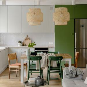 Kuchnia w stylu boho i eko - ważny trend na 2022 rok. Projekt wnętrza: Framuga Studio. Zdjęcia Aleksandra Dermont