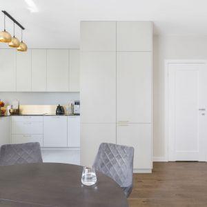 Biała kuchnia ze złotymi akcentami. Projekt: Decoroom. Zdjęcia i stylizacja: Marta Behling Pion Poziom